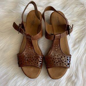 Women's Naturalizer Brown Retro Sandals Size 10
